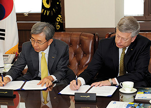 Chancellor Nordenberg (right) and Lee Yong-goo, president of Chung-Ang University, sign a memorandum of understanding in Seoul.