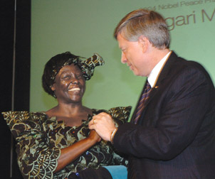 Wangari Muta Maathai and Pitt Chancellor Mark A. Nordenberg during Maathai's October 2006 return to Pitt, where she received a Master of Science degree in biology in 1965.